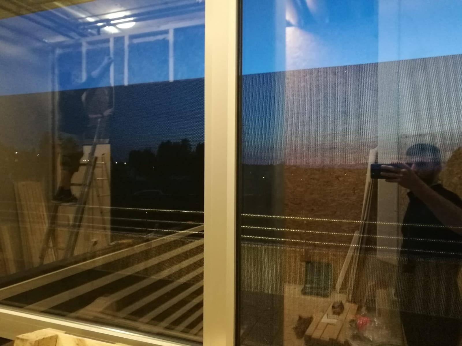 Film micro perforé vitrine à Lausanne Cugy, zone de discretion (4)
